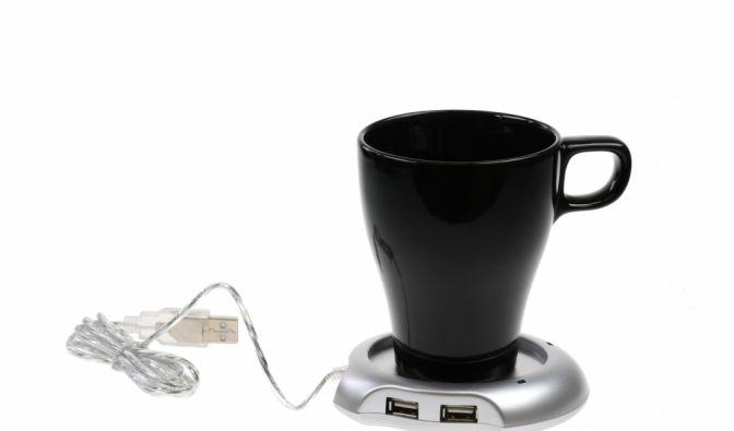 Heißer Kaffee ist am Arbeitsplatz ab sofort immer zur Stelle - der USB-Tassenwärmer von coolstuff.de macht's möglich. (Foto)