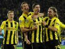Helden im Biene-Maja-Look: Robert Lewandowski (2. von rechts) feiert seinen zweiten Treffer gegen Ajax. (Foto)