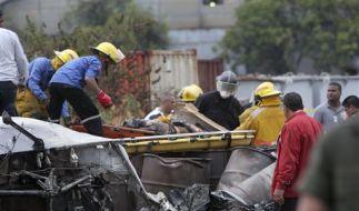 Helfer bergen ein Opfer des Flugzeugabsturzes nahe der Stadt Puerto Ordaz. (Foto)