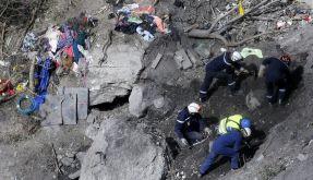 Helfer arbeiten seit Tagen daran die Überreste der Germanwings-Maschine in den französischen Alpen zu bergen. (Foto)