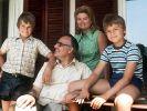 Helmut Kohl mit seiner Frau Hannelore und den beiden Söhnen Walter (links) und Peter. (Foto)