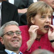 Da war noch alles klar zwischen der Kanzlerin und ihrem Umweltminister: Merkel und Röttgen beim Finale der Frauen-Fußball-WM.