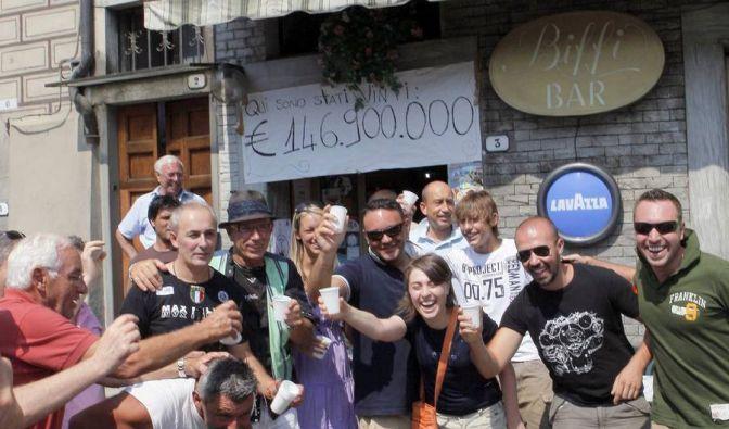 Hier war die Stimmung noch bombig an der Biffi Bar in Bagnone, wo 2009 das Gewinner-Los für den 146.900.000-Euro-Jackpot verkauft wurde. (Foto)