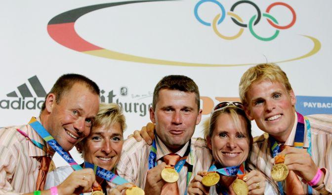 Hier strahlen die deutschen Vielseitigkeitsreiten mit ihrem Olympiagold 2004 Athen. Dann nahm ihnen der Sportgerichtshof ihre Medaillen wieder weg. (Foto)