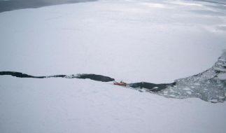 Hilfsgüter für havarierten Eismeer-Trawler abgeworfen (Foto)