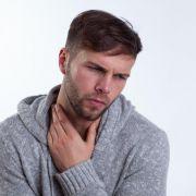 Hinter Heiserkeit kann etwa eine Erkältung oder auch Überlastung stecken. Dagegen hilft, viel trinken und die Stimme schonen (Foto)