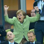 Hoch, die Jubelfäustchen: Angela Merkel fieberte wie gewohnt leidenschaftlich auf der Tribüne mit.