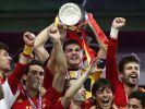 Hoch den Pott: Europameister Spanien feiert das Titel-Triple. (Foto)