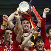 Hoch den Pott: Europameister Spanien feiert das Titel-Triple.