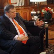 Staatspräsident Karolos Papoulias (rechts) beauftragte den Parteichef der Sozialisten, Evangelos Venizelos, mit Sondierungsgesprächen.