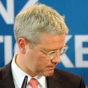 Niedergeschlagen: CDU-Spitzenkandidat Norbert Röttgen steht nach dem Wahldesaster in NRW in der Kritik. Horst Seehofer spricht von einer «politischen Katastrophe».