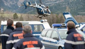Hubschrauber der Gendarmerie starten zur der Absturzstelle in den