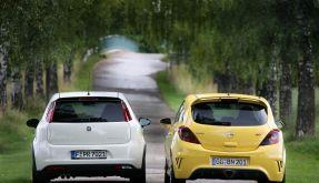 Hübsche Rücken: Fiat (links) mimt den Braven, Opel (rechts) den Aggro-Prolo. (Foto)