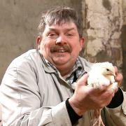 Hühnerwirt Klaus ist stolzer Besitzer eines alten Bauernhofes.