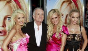 Hugh Hefner schart gerne Frauen um sich. Jetzt hat er Ärger mit seiner Noch-Frau Kimberly. (Foto)