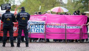 Hunderte Demonstranten versammeln sich in Stuttgart, um ihren Unmut über den AfD-Parteitag auszudrücken. (Foto)
