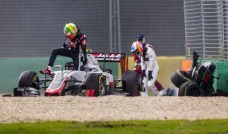 """""""Ich fühle mich okay"""": Nach seinem Unfall musste Fernando Alonso erst einmal in die Knie gehen. (Foto)"""