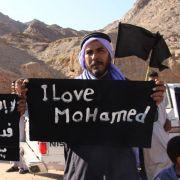 «Ich liebe Mohammed» geben diese ägyptischen Männer auf Plakaten zu verstehen.