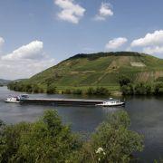 Idyllische Weinberge und malerische Schlingen des Flusses - ein Urlaub an der Mosel verspricht unvergessliche Landschaftsimpressionen.