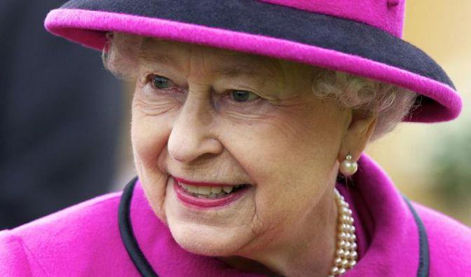 Im Alter ruhiger werden? Für Königin Elizabeth II. zählt das nicht - sie greift in Sachen Outfitwahl oft und gerne in den Farbtopf und entscheidet sich wie hier mit Vorliebe für knallbunte Outfits. (Foto)