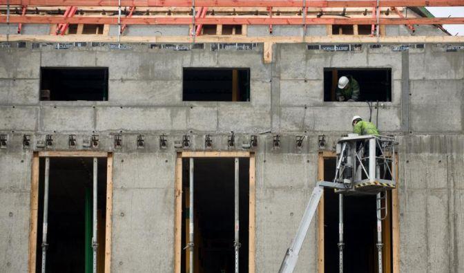 Im Baugewerbe änderte sich einiges 2012: Je nach Art der Arbeit auf dem Bau liegt der Stundenlohn im Westen zwischen 11,05 Euro und 13,40 Euro. Im Osten Deutschlands erhöht sich der Mindestlohn um 25 Cent auf genau 10 Euro/Stunde. (Foto)