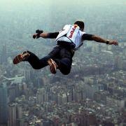 Im freien Fall vom Taipei Tower, dem höchsten Gebäude der Welt: Extremsprimger Felix Baumgartner 2007.