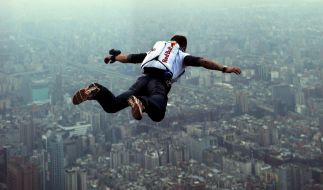 Im freien Fall vom Taipei Tower, dem höchsten Gebäude der Welt: Extremsprimger Felix Baumgartner 2007. (Foto)
