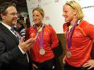 Im Glanz der Medaillen: Innenminister Hans-Peter Friedrich strahlt mit den Ruderinnen Britta Oppelt (Mitte) und Annekathrin Thiele um die Wette. (Foto)