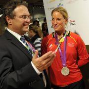 Im Glanz der Medaillen: Innenminister Hans-Peter Friedrich strahlt mit den Ruderinnen Britta Oppelt (Mitte) und Annekathrin Thiele um die Wette.