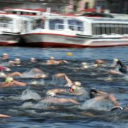 Im Hamburger Ironman-Wettbewerb auf der Langdistanz über 3,8 Kilometer Schwimmen, 180 Kilometer Radfahren und 42,195 Kilometer Laufen sind im Elitefeld 30 Männer und zehn Frauen am Start.