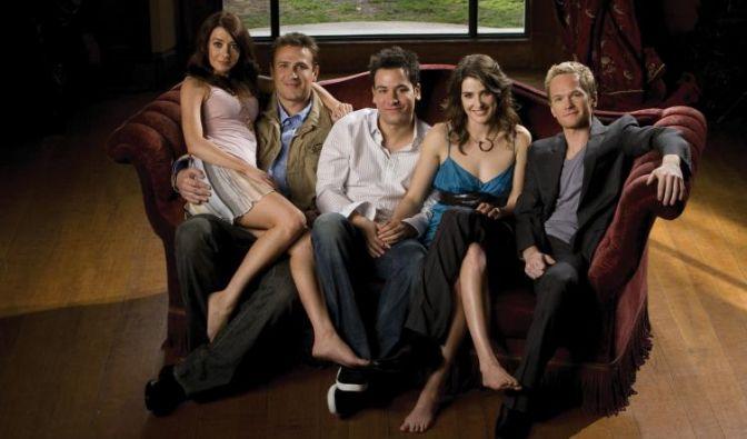 """Im """"How I Met Your Mother""""-Cast findet sich wohl der unglaublichste: Der Womanizer Barney Stinson (r.), gespielt von Neil Patrick Harris. Er schrieb sogar ein Buch für seine legen-...-dären Anmachsprüche: Das Playbook. (Foto)"""