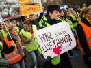 Im Tarifkonflikt der rund 19 000 Flugbegleiter bei der Lufthansa haben die Verhandlungspartner noch vor Beginn der Schlichtung auf Tarifverträge geeinigt. (Foto)