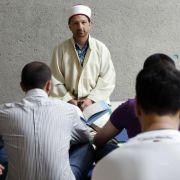 Imam Mustafa Cimsit bietet für Muslime in der Frankfurter JVA das Freitagsgebet an.