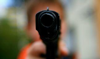 Immer wieder passiert es vor allem in den USA, dass Kinder mit Waffen spielen und sich dabei tödlich verletzen. (Foto)