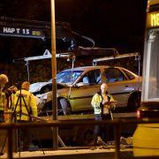 Auto kracht in Straßenbahnhaltestelle - Frau stirbt (Foto)