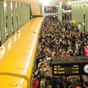 In Berlin strandeten Tausende Pendler, da der S-Bahn-Verkehr zum Erliegen kam.