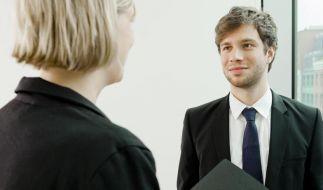 In einigen Branchen müssen Bewerber immer mit Anzug und Schlips kommen. Doch nicht überall ist das so eindeutig. Dann geben die Fotos der Mitarbeiter auf der Firmenhomepage oft Anhaltspunkte. (Foto)
