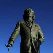 In Cadaqués, knapp 40 Kilometer von Figueres entfernt, steht eine Statue von Dalí.