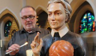 In klassischen Darstellungen hält der Heilige Luigi ein Buch in der Hand. Jetzt wird die Version mit dem Fußball in Hannover geweiht. (Foto)