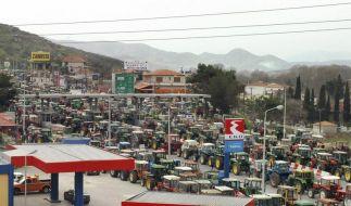 In Griechenland blockieren Landwirte die Straßen - aus Protest gegen die Sparmaßnahmen. (Foto)