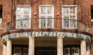 In Hamburg gab ein Paar ihr schwer verletztes Kind im Krankenhaus ab - und floh. (Foto)