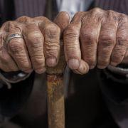 Rentnerin Treppe heruntergestoßen und beraubt - KEINER hilft (Foto)