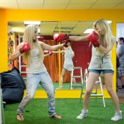 In ihrem Hauptquartier in Kiew trainieren die Frauen von Femen für den Ernstfall. Das richtige Posing und Muskelaufbau, um sich gegen die Polizei zur Wehr setzen zu können, stehen auf dem Programm.