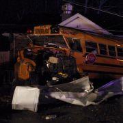 In Henryville (Indiana) wurde ein Schulbus in ein Haus geschleudert.