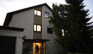 In dem Mehrfamilienhaus in Lehrensteinsfeld (Kreis Heilbronn) sind in der zwei Personen gestorben und eine weitere durch einen Schuss verletzt worden. (Foto)