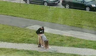 In Minsk hatte ein Pärchen mitten auf der Straße Sex. (Foto)