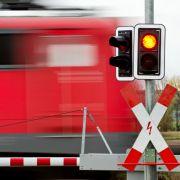 Zug schleift PKW hunderte Meter mit - Frau stirbt (Foto)