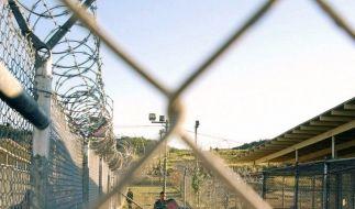 In orangefarbene Overalls gekleidete Häftlinge knien im Lager Guantanamo (Archivbild). (Foto)