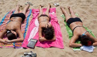 In der prallen Sonne glüht nicht nur die Haut. Auch das Gehirn leidet unter einer Überdosis heißer S (Foto)