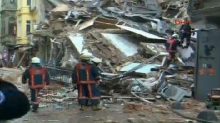 In der türkischen Hauptstadt Istanbul ist am Freitag, 12.02.2016, aus bislang ungeklärter Ursache ein fünfstöckiges Gebäude eingestürzt. (Foto)